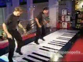 Observa este video de dos talentosos jóvenes que tocan un piano enorme con sus pies.