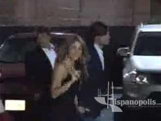 La SUPER estrella Shakira es captada de la mano de su novio por paparazzis