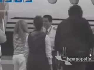 Paulina Rubio y su novio Colate llegando a Cancún