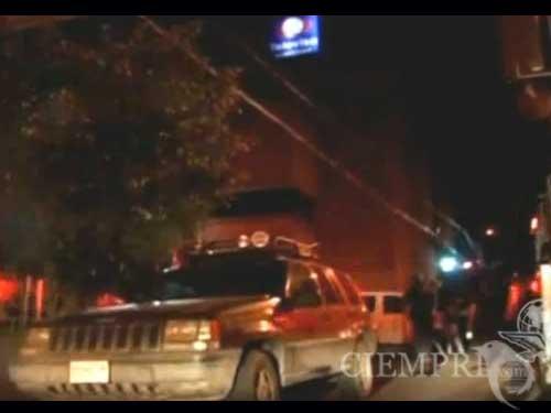 Por segunda ocasión en los últimos meses, la cadena Televisa-Monterrey fue atacada con un explosivo que estalló frente a sus instalaciones causando solo daños materiales, informó a El Universal un portavoz de la empresa.