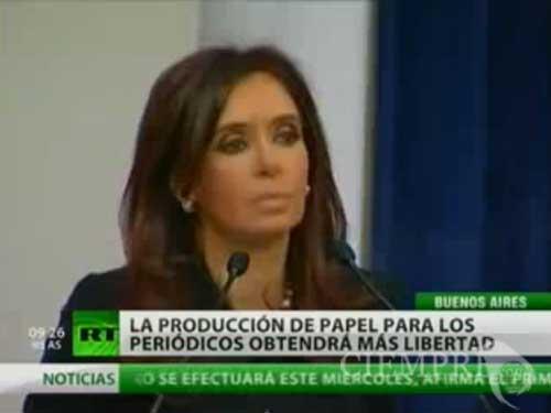 La presidenta argentina, Cristina Fernández, acusó a Clarín, el grupo mediático más grande del país, de hacerse con el control del único fabricante de papel de prensa del país por medios ilegales.