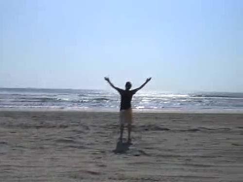 Escrito, dirigido y editado por: Isaac Ezban. Actúan: Eddy Ezban, Denisse Bernardete.   Homenajeando a la grandiosa obra maestra de Terry Gilliam Brazil (tanto por la temática como por la música utilizada en el clip), este tercer clip of the week pretendía hablar sobre el concepto de esclavitud y libertad, en cuerpo y en alma, con una metáfora final que confundió a muchos y agradó a otros.   Filmado en la playa de Acapulco, este clip también es un claro ejemplo la naturaleza misma del proyecto: en donde sea que estuvieramos, teníamos que hacer un clip of the week, aún cuando se nos cruzaban las vacaciones!  ¿QUÉ ES UN CLIP OF THE WEEK?El clip of the week fue un proyecto realizado por Isaac Ezban y Salomón Askenazi dentro de su Casa Productora de Cine y Publicidad YELLOW FILMS. El proyecto consistía en escribir, producir, dirigir, grabar, editar y estrenar un cortometraje cada semana, y se realizó con éxito durante 50 semanas seguidas, sin saltarse ninguna, desde diciembre 2007 hasta diciembre 2008. Durante todo este año, cada domingo se estrenaba en internet el nuevo clip of the week y se mandaba a 1500 personas en facebook y 8000 personas en lista de mails, quienes empezaron recibiendolo sin saber de que se trataba, y meses después, ya esperaban y pedían el clip cada semana. El punto para sus creadores era el reto de crear una historia cada semana, en donde sea que estuvieran. Por ejemplo, si Isaac o Salomón se encontraban de vacaciones en Acapulco un fin de semana, y le tocaba a alguno de ellos el clip de esa semana, tenía que hacerlo ahí, en la playa, aunque sus familiares o amigos fueran los actores. Más que en alcanzar la calidad máxima en un trabajo audiovisual, el punto era cumplir el reto de en realidad crear y estrenar una historia cada semana. Muchos de los clips no cuentan con grandes valores de producción, pero sí con ideas creativas e innovadoras, que era el objetivo del proyecto. En varios clips se hace homenaje a estilos de ciertos directores, o refer