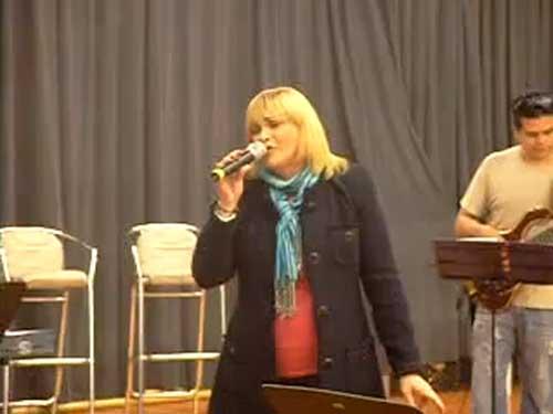 Baladas, musicales, rancheras, en un concierto inolvidable todos los viernes y sábados de septiembre, en el Teatro Banamex Santa Fe. Maravillosa voz... enorme desempeño escénico... gran fuerza dramática... muchos son los calificativos que puede emplearse para hablar de Rocío Banquells, sin embargo, si hubiera que buscar una definición que reuniera todas sus capacidades, quizá podríamos decir que ella es TEMPERAMENTO y TALENTO puros. Morris Gilbert, reconocido productor judío, ahora presenta este fabuloso espectáculo en el que que La Banquells, como le llaman sus muchos seguidores, hará un recorrido por su destacadísima carrera discográfica que, entre otros muchos premios, ha sido reconocida con 15 discos de Platino, 15 discos de Doble Oro y un disco de Diamante. Forojudio.com tuvimops la oportunidad de estar presentes con la Sra Rocio Banquells y apreciar los exitos como Luna mágica, Abrázame, No soy una muñeca, Ese hombre no se toca, Escucha el infinito, Estúpido, sin olvidar la polémica Con él, que son algunos de los temas que Rocío brindará al público. Y como bien se sabe, Rocío es una de las grandes figuras del teatro musical en nuestro país, por lo que no podrá faltar un apartado dedicado precisamente a los temas centrales de diversas puestas en escena. Por ejemplo, interpretará Donde (Amor sin barreras), Un sueño alguna vez soñé (Los miserables), No sé como amarlo (Jesucristo Superestrella), Recuerdos (Cats), No llores por mí Argentina (Evita), y por supuesto Va todo al ganador (Mamma mia!), entre otros éxitos de los musicales. Y para cerrar la noche, no podía faltar la presencia del mariachi, pues Rocío es una de las grandes intérpretes de la música ranchera, como lo constatará el público con temas como Fue un placer conocerte, Si nos dejan, Libro abierto, Cielo rojo, o Cucurrucucú Paloma, entre otras muchas. El equipo creativo que acompaña a Rocío en la preparación de Íntimo y Exclusivo lo conforman: James Kelly en la dirección; Laura Rode, Gabriel Verduzco 