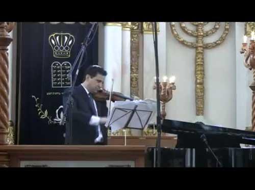 El vrtuoso del violin seleccionó especialmente para esta ocasion u programa de musica judia, clásica y del folclor Klezmer el pasado domingo 4 de septiembre en el Shul de Justo Sierra.