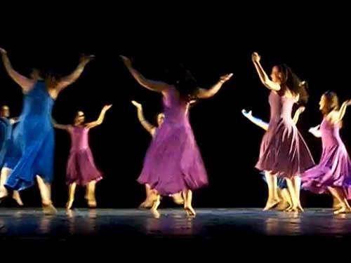 Con gran júbilo y constantes ovaciones, la agrupación conformada por más de 100 bailarines, y fundada por Carlos Halpert en 1971, presentó 12 números de danza que se vieron acompañados de diversos vestuarios y musicalización.