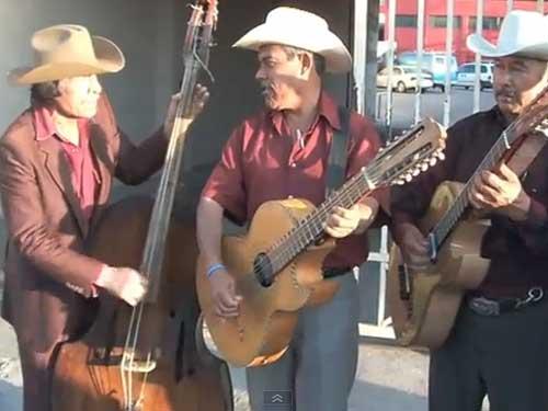 Un video muy simpático de un grupo de Norteño tocando por las calles de Tijuana.