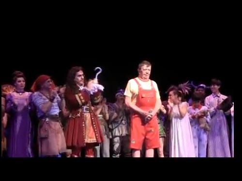 Morris Gilbert celebra 200 presentaciones de Peter Pan y rinde homenaje a Chabelo