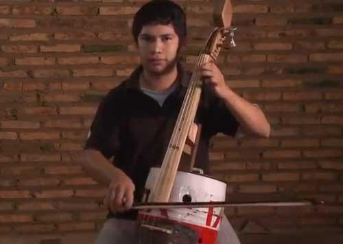 En Uruguay están haciendo cursos gratis, para que la gente más pobre aprenda a tocar instrumentos de cuerda y otros para hacer conciertos con un profesor de la filarmónica. Eso también en Paraguay como muestra esto. Mirenlo.