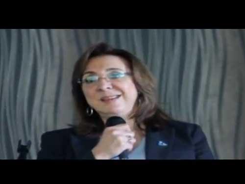 El día de ayer, como lo anunciamos, tuvimos en el CC Sefaradí la plática con nuestra querida Rosi Orozco: TRATA DE PERSONAS Y ESCLAVITUD EN EL S. XXI. un tema relevante y de actualidad para todos y en nuestra comunidad ya que Rosi nos indicó cifras y temas relevantes de este fenómeno social que afecta también a nuestro país. Al inicio de la plática, nuestro presidente de MDA México, Moisés Mitrani, dio la bienvenida a Rosi, a la audiencia y a los medios de comunicación comunitarios que amablemente nos visitaron. Nuestra vicepresidenta, Hellen Sefami, nos platicó de qué es MDA y sus funciones en México y en el mundo. El Dr. Mitrani, dió una semblanza de Rosi Orozco e la invitó a dar inicio a tan importante tema: El 14 de febrero, a nivel mundial va a ver un evento 1 BILLON DE PIE  donde se apoyará a esta causa que está causando daños a nuestra sociedad e invita a la comunidad judía a unirse a este movimiento a través de sus colegios e instituciones. Nos platica Rosi su simpatía y lazos que la unen a la comunidad, la Torá y que por cierto, ella festeja Pésaj con sus hijos y familias haciendo un séder cada año en su casa. R.O. reconoce que hay esclavitud hoy en día en todo el mundo y México no está fuera de este mal, aclarando que la esclavitud y trata de personas puede ocurrir en nuestras familias, no distingue nivel social, económico, político o religioso. Afirma, que la prostitución en México no es un trabajo voluntario ya que es consecuencia de la esclavitud y la trata de personas. México es el primer país a nivel mundial con más producción de pornografía infantil y que actualmente esto se castiga de 2 a 4 años de cárcel. Lamentablemente en nuestros alrededores, sigue existiendo la explotación laboral de trabajo sin paga y mencionó un caso trágico en una prestigiada calle de Huixquilucan. Por lo que hay que sensibilizar más a la población del estado de México ante este fenómeno social. La donación de órganos de manera ilegal es también consecuencia de la trata de p
