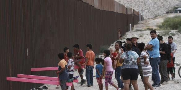 Instalan un columpio en el muro fronterizo entre EEUU y México para que los niños jueguen juntos